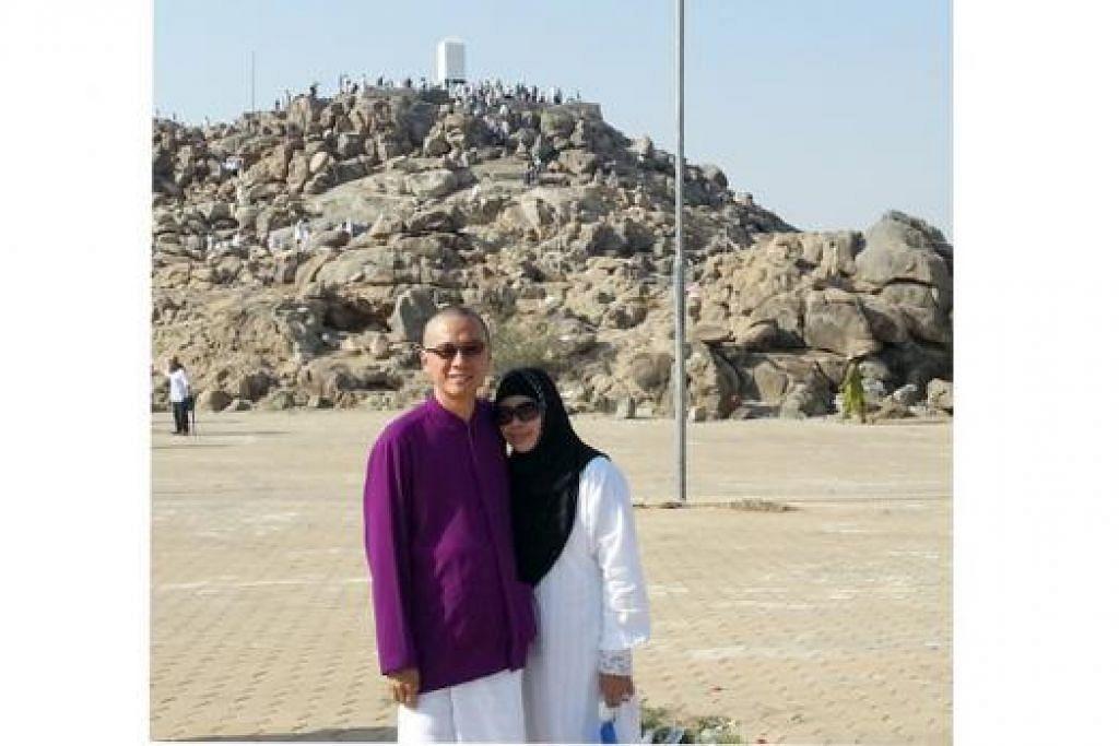PERTINGKAT IMAN: Encik Iskandar Yuen yang menunaikan haji tahun lalu bersama isterinya, Cik Foziah, yang bergambar dekat Jabal Rahmah, merasakan ibadah tersebut telah mengukuhkan lagi keimanan dan keinginannya untuk terus memperbaiki diri.