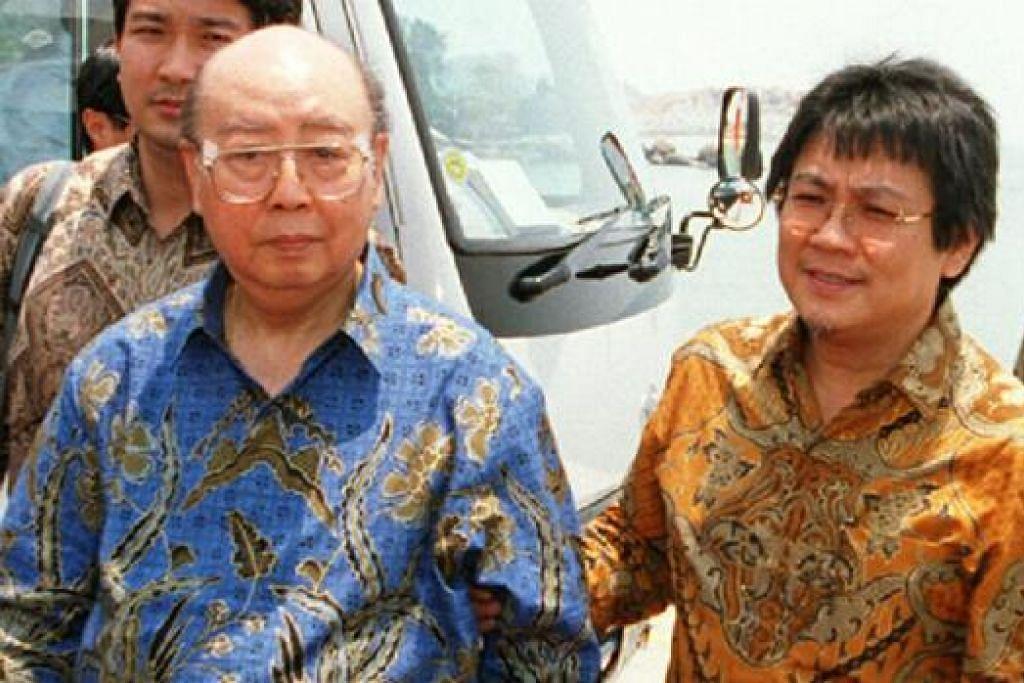 JATUH BANGUN: Encik Liem (kiri) bersama salah seorang anaknya, Encik Anthony, yang berjaya memulihkan Salim Group menjadi empayar niaga terbesar di Indonesia dan rantau ini. - Foto fail