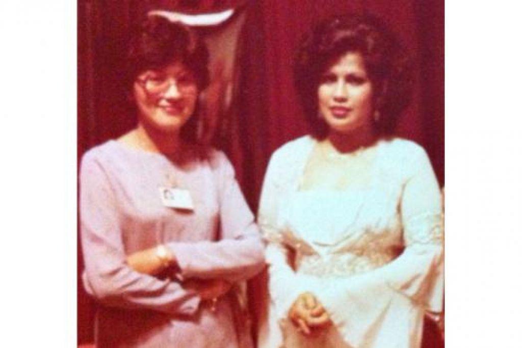 ZAMAN KEGEMILANGAN: Sharifah Noor Idrus (kiri) bersama biduanita, Allahyarhamha Sharifah Aini.