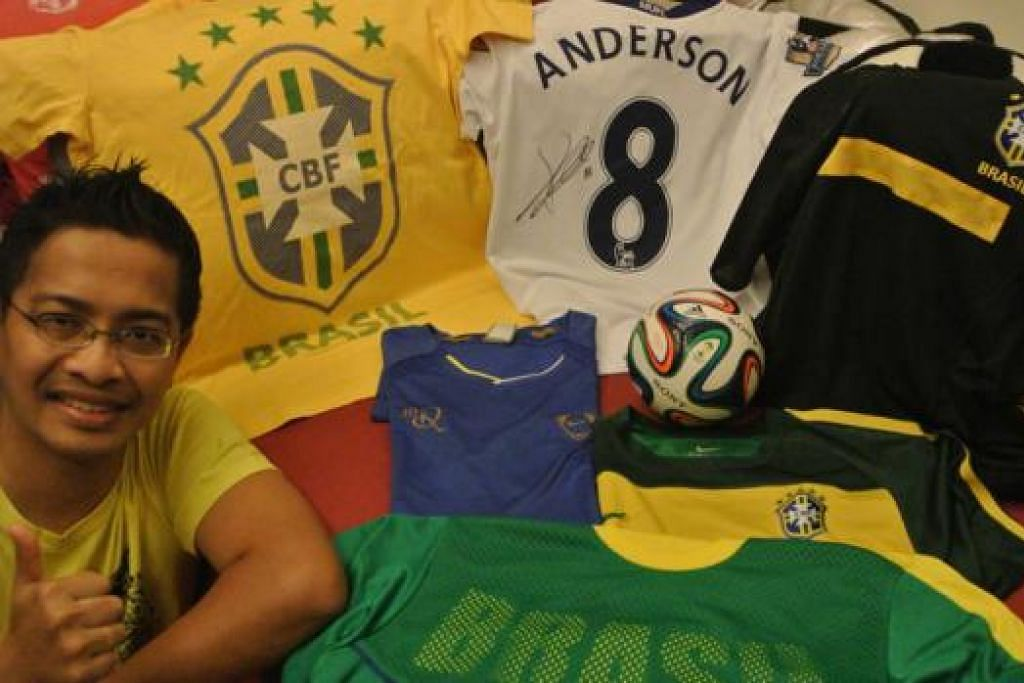 BUKTI SAYANGKAN BRAZIL!: Peminat dari Clementi ini, Norman Jalal, menunjukkan koleksi jersi pasukan Brazil termasuk yang ditandatangi oleh pemain Manchester United kelahiran Brazil, Anderson. - Foto ihsan NORMAN JALAL