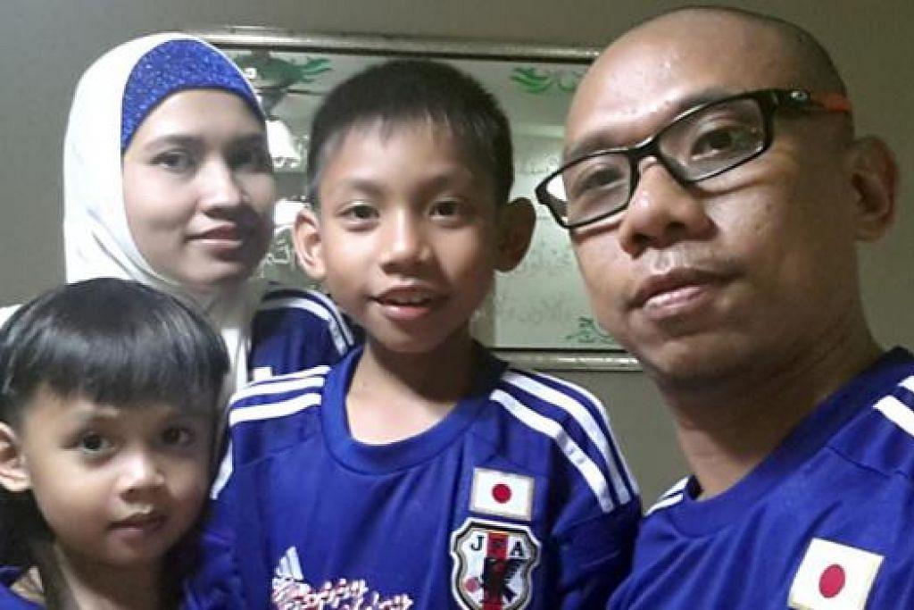 SEHATI SEJIWA: Mohamad Rizal Mohamad Harith, isteri dan anaknya semua menyokong skuad bola sepak Jepun. – Foto ihsan MOHAMAD RIZAL MOHAMAD HARITH