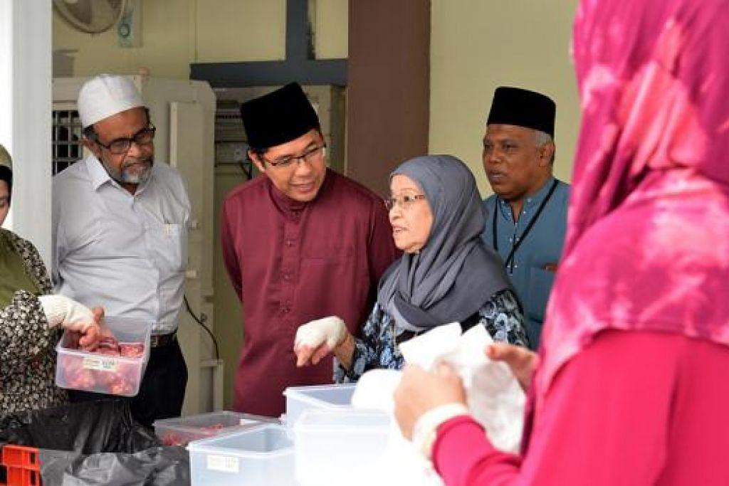 ERTI PENGORBANAN DIJIWAI: Dr Maliki (tiga dari kiri) bercakap dengan ibu Presiden Jamiyah, Dr Mohd Hasbi Abu Bakar, Hajah Zainab Kamis, serta relawan lain yang turun padang menjayakan ibadah korban di Rumah Peralihan Jamiyah, Darul Islah, semalam, sambil disaksikan Dr Saleem (dua dari kiri). - Foto TUKIMAN WARJI
