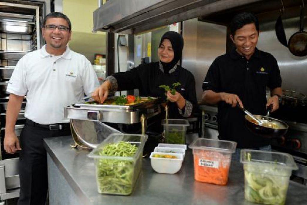 TINGKAT KESEDARAN: Encik Zulkarnine (kiri) dengan bantuan tukang masaknya sering memperkenalkan masakan Melayu kepada pelanggan bukan Melayu.