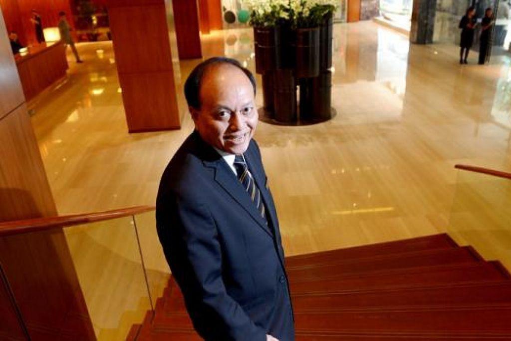 GEMBIRA BERTUGAS: Latihan yang disediakan Grand Hyatt Singapore membolehkan pengurus bahagian lobi hotel, Encik Jais Abdul Rahman, membantu pekerja lebih muda atasi masalah serta menenangkan mereka. - Foto TUKIMAN WARJI