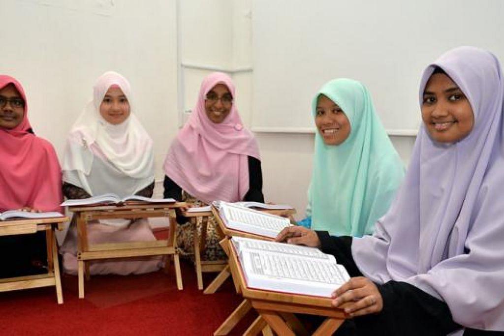 RAIH SIJIL KHATAM AL-QURAN: Selain Cik Nurzahidah (tengah) antara peserta lain yang mendapat sijil masing-masing daripada Darul Huffaz adalah (dari kiri) Cik Siti Saodah, Cik Hanimah, Cik Shafawati dan Cik Sakinah.