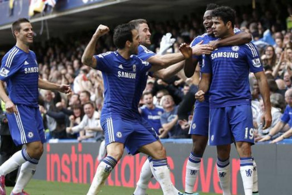 SATU LAGI KEMENANGAN: Penjaring gol kedua Chelsea, Diego Costa (kanan), dikerumuni rakan sepasukan bagi meraikan gol, termasuk pemain yang membuat hantaran cantik bagi merintis gol itu, Cesc Fabregas (dua dari kiri). - Foto AFP