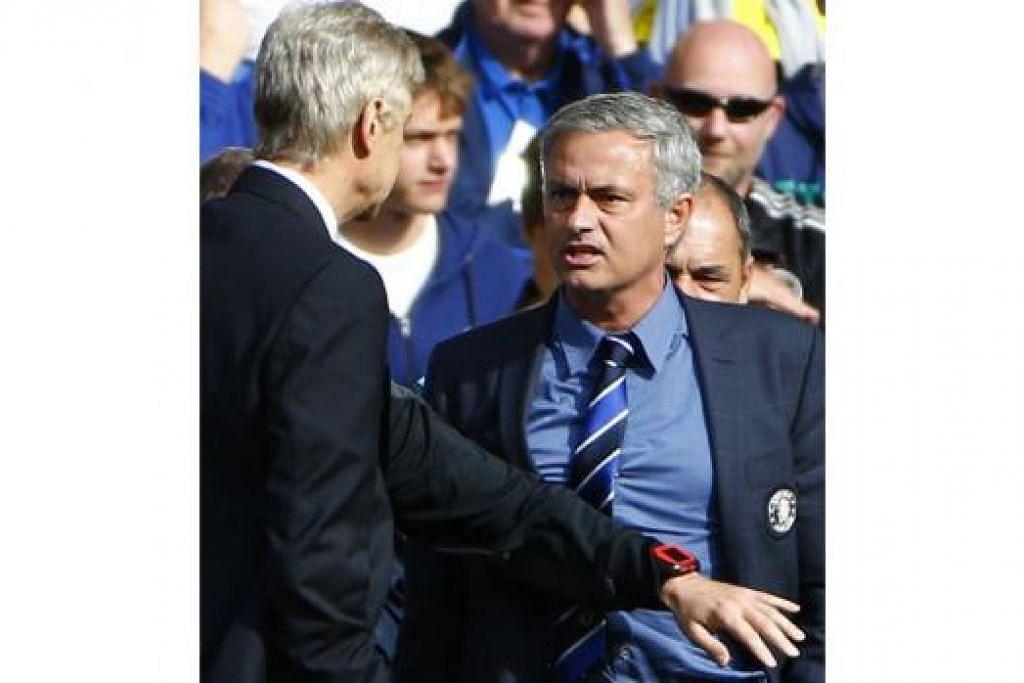 ADEGAN SAMPINGAN DI TEPI PADANG: Kemanisan kemenangan Chelsea dicemari sedikit oleh pertelagahan antara pengurusnya, Jose Mourinho (kanan), dengan rakan sejawatan daripada Arsenal, Arsene Wenger. - Foto REUTERS