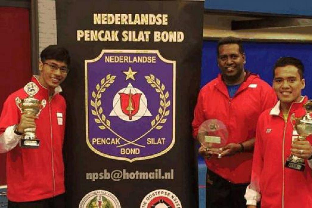 HARUMKAN NEGARA: Muhammad Nur Alfian Juma'en (kiri) dan Muhammad Shakir Juanda (kanan) tampil juara di Kejohanan Silat Tiga Negara yang berlangsung di Leeuwardens, Belanda, hujung minggu lalu. Bersama mereka ialah Ketua Pegawai Eksekutif (CEO) Persisi, Sheik Alau'ddin Yacoob Marican, yang juga berperanan sebagai pengurus serta jurulatih rombongan ke Belanda itu. - Foto PERSISI