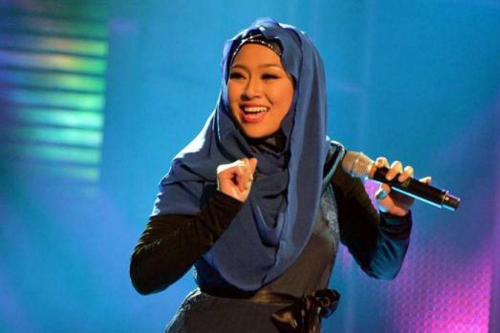 HARUS LEBIH YAKIN: Sarah Aqilah menerima pandangan terus terang Najip Ali bahawa beliau perlu lebih tonjolkan bakatnya yang menyerlah agar persembahannya tidak nampak biasa-biasa sahaja. - Foto KHALID BABA