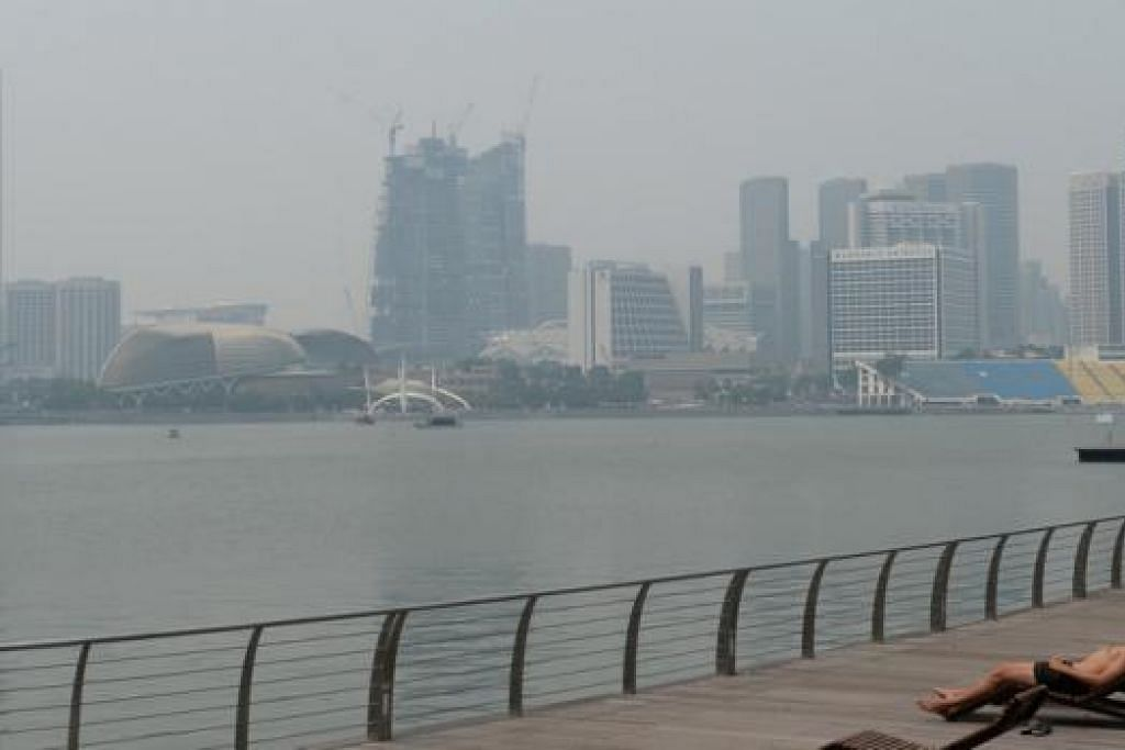 KABUS: Indeks Pencemaran Udara (PSI) di Singapura semalam mencapai paras tidak sihat, menyebabkan ruang udara Singapura, termasuk kawasan sekitar Marina Bay, diselebungi jerebu. - Foto ZAINAL YAHYA