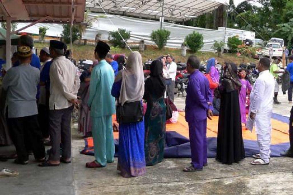 MENUNGGU GILIRAN: Orang ramai beratur panjang di Masjid Omar Salmah kelmarin bagi mendapatkan nombor mereka untuk ibadah korban. - Foto-foto ZAINAL YAHYA, TUKIMAN WARJI dan TAUFIK A. KADER