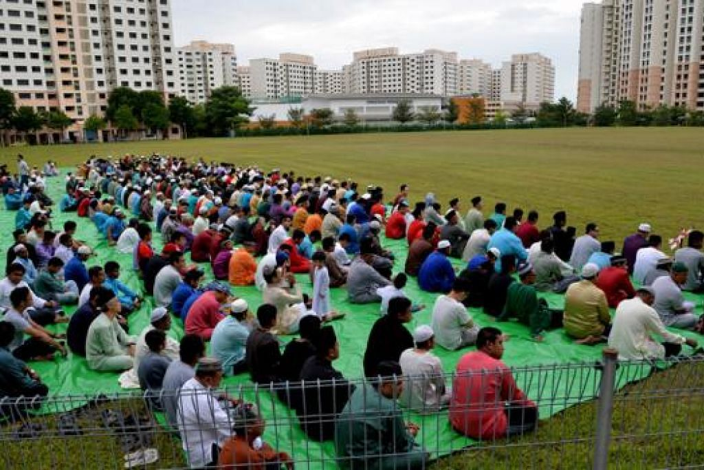 PADANG JUGA DIGUNAKAN: Masjid Assyafaah tidak dapat menampung jumlah jemaah yang ramai. Oleh itu sebahagian daripada jemaah bersolat Hari Raya di padang bersebelahan masjid tersebut.