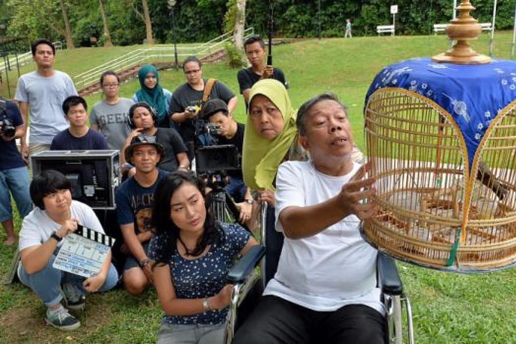 MENGHIDUPKAN WATAK: Pelakon veteran, Zaliha Hamid (tengah) dan Khalid Baboo (kanan) serta pelakon teater, Zara Sophia, (kiri) dipilih melakonkan filem pendek, Sangkar Burung, arahan Encik Iskandar Ramli. - Foto-foto M.O. SALLEH