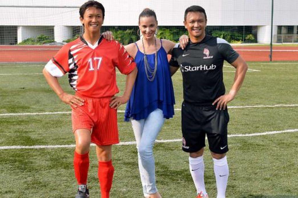 TERPEGUN LIHAT PERSAMAAN: Legenda bola sepak setempat, Fandi Ahmad (kanan), dan isteri, Wendy Jacobs, bergambar bersama patung lilin Fandi, ilham Madame Tussauds Singapore.