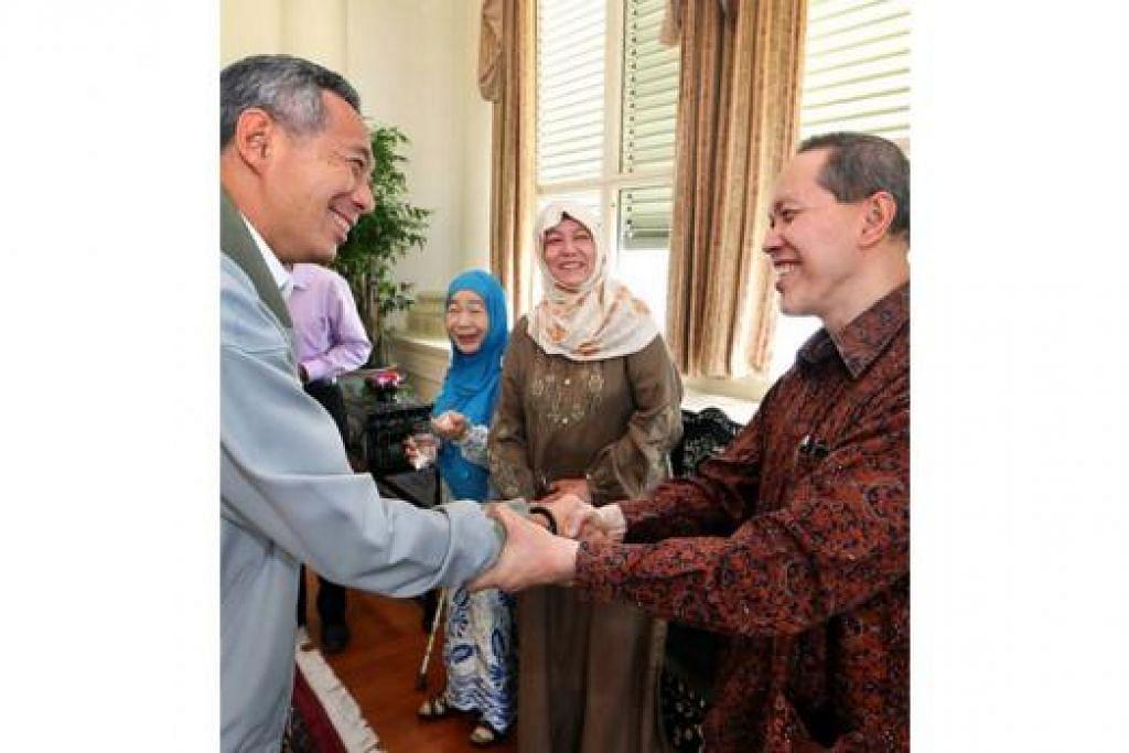 SAHABAT LAMA: Encik Lee bersalaman dengan Dr Imran dengan disaksikan oleh isteri Dr Imran, Cik Zarina (dua dari kanan), dan Puan Noor Aishah. - Foto MCI