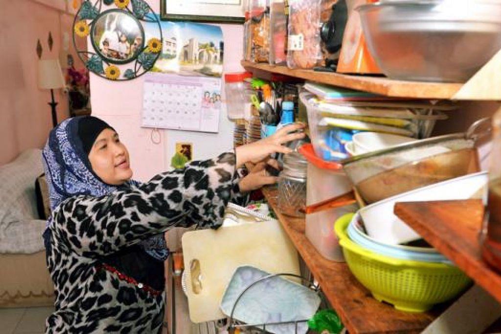 DAPAT INSENTIF KEWANGAN: Cik Salbiah, ibu tunggal tiga anak berusia antara 12 dengan 16 tahun, antara golongan berpendapatan rendah yang melihat pendapatan mereka meningkat hasil bantuan kewangan dan subsidi pemerintah. - Foto KHALID BABA