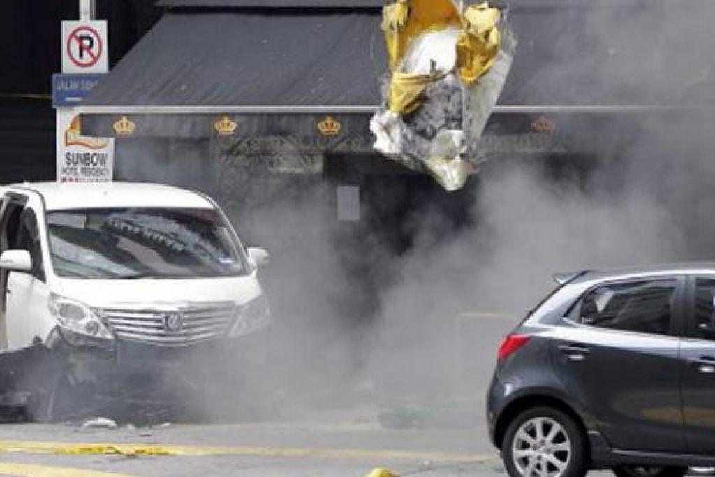 LEDAKAN KEDUA: Unit pemusnah bom berjaya meletupkan bom tangan kedua yang ditemui berhampiran Sun Complex, Bukit Bintang, tengah hari semalam. - Foto BHM