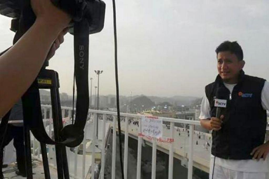 BUAT TONTONAN RAMAI: Wartawan Indonesia, Encik Radityo Wicaksono, membuat liputan tentang acara melontar jamrah bagi siaran SCTV di Indonesia.