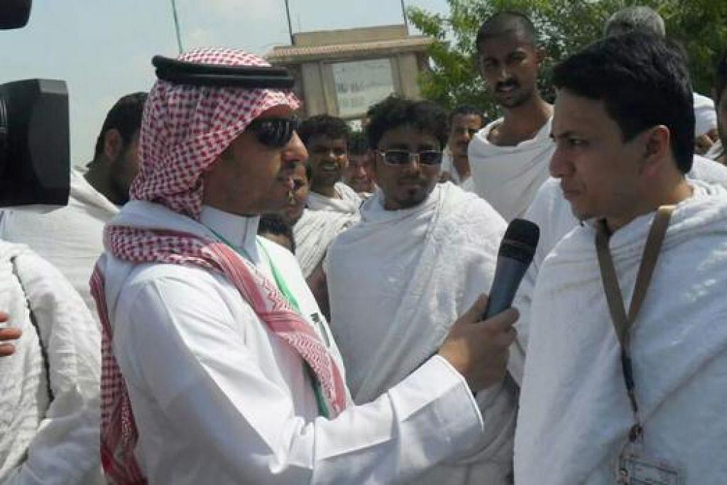 BERKONGSI PANDANGAN DAN PENGALAMAN: Wartawan Filipina, Encik Angelo Carpio (kanan), berkongsi pandangannya tentang kelancaran ibadah haji sewaktu diwawancara wartawan stesen penyiaran Saudi, Saudi TV.