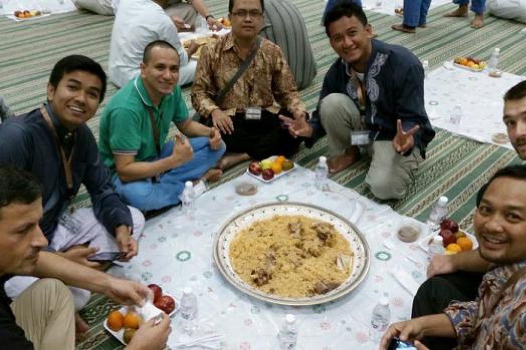 SEDULANG NASI MAKAN BERSAMA: Wartawan siap untuk makan sedulang semasa menikmati makan malam di Mina. Mereka ialah (dari kiri) Encik Farid Zekthi (Albania); Encik Khairi Amri Tajudin (Malaysia); Encik Angelo Carpio dari Filipina (berbaju hijau); Encik Ahmad Nayum (Thailand); Encik Radityo Wicaksono (Indonesia); Encik Muhamed Mizic (Bosnia-Herzegovina) dan Encik Anto Susanto (Indonesia). - Foto-foto CHAIRUL FAHMY HUSSAINI