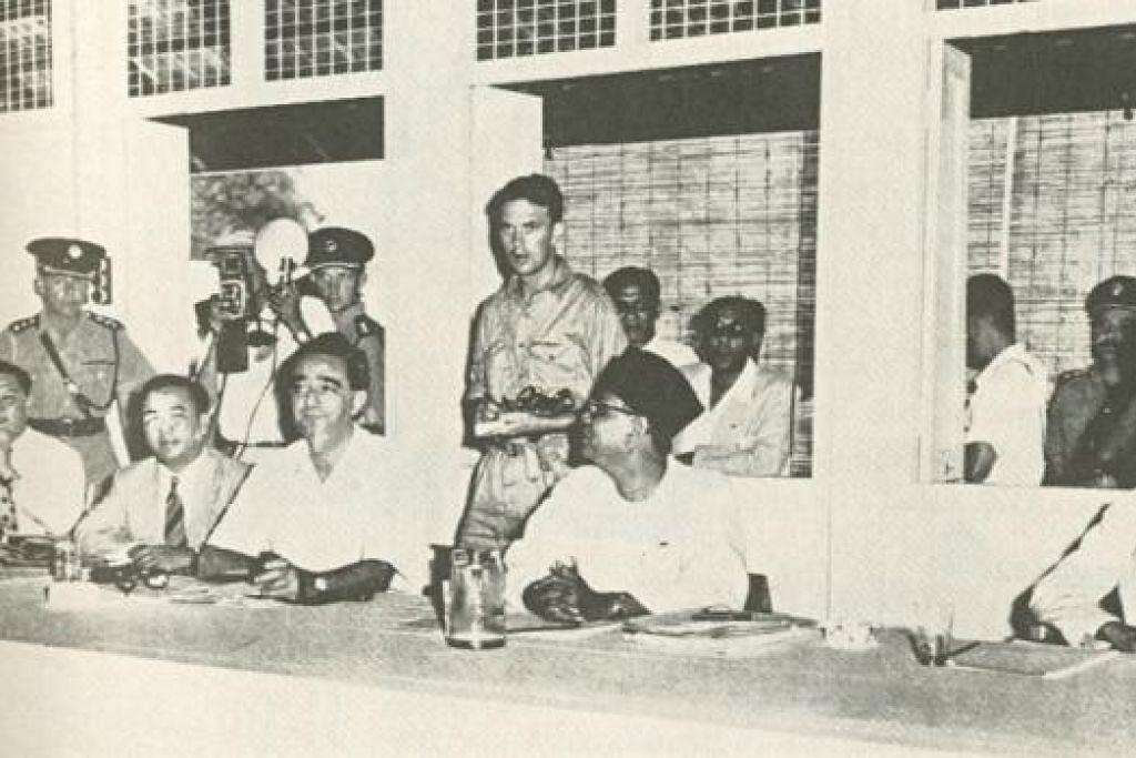 RUNDINGAN GAGAL: 28 Disember 1955 di sebuah sekolah Inggeris di Baling,Tunku Abdul Rahman (1903-1990), Ketua Menteri Persekutuan Malaya (bersongkok); Encik David Marshall (1908-1995, tiga dari kiri), Ketua Menteri Singapura; dan Dato Sir Tan Cheng Lock (1883-1960, kanan) berdepan dengan perwakilan komunis pimpinan Chin Peng tetapi rundingan gagal bagi menamatkan pemberontakan bersenjata Parti Komunis Malaya. - Foto-foto TBFM