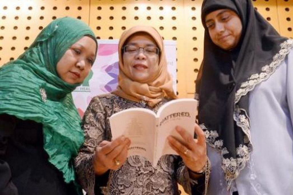 BUAT RENUNGAN: (Dari kiri) Cik Yohanna, Cik Halimah dan Dr Radiah di pelancaran buku 'Shattered, We HEAL' yang memaparkan 15 kisah pesakit mental. - Foto TAUFIK A.KADER