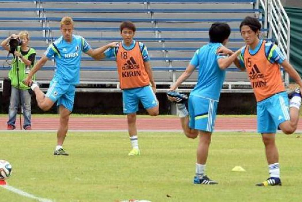 BERSIAP SEBELUM BERTEMPUR: Barisan pemain Jepun termasuk bintangnya, Keisuke Honda (paling kiri), menjalani latihan di Stadium Bishan semalam menjelang pertarungan dengan Brazil di Stadium Negara yang serba baru esok. - Foto-foto ZAINAL YAHYA