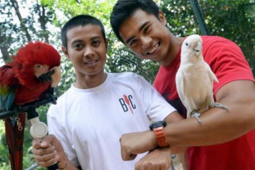 PERNIAGAAN MENGGEMBIRAKAN: Encik Nurhisham Abdul Wahab (kiri) dan Encik Mohamed Razif Mohamed Yusoff sentiasa terhibur melayan kerenah dan ragam burung-burung peliharaan mereka mahupun milik pelanggan. - Foto-foto TAUFIK A. KADER