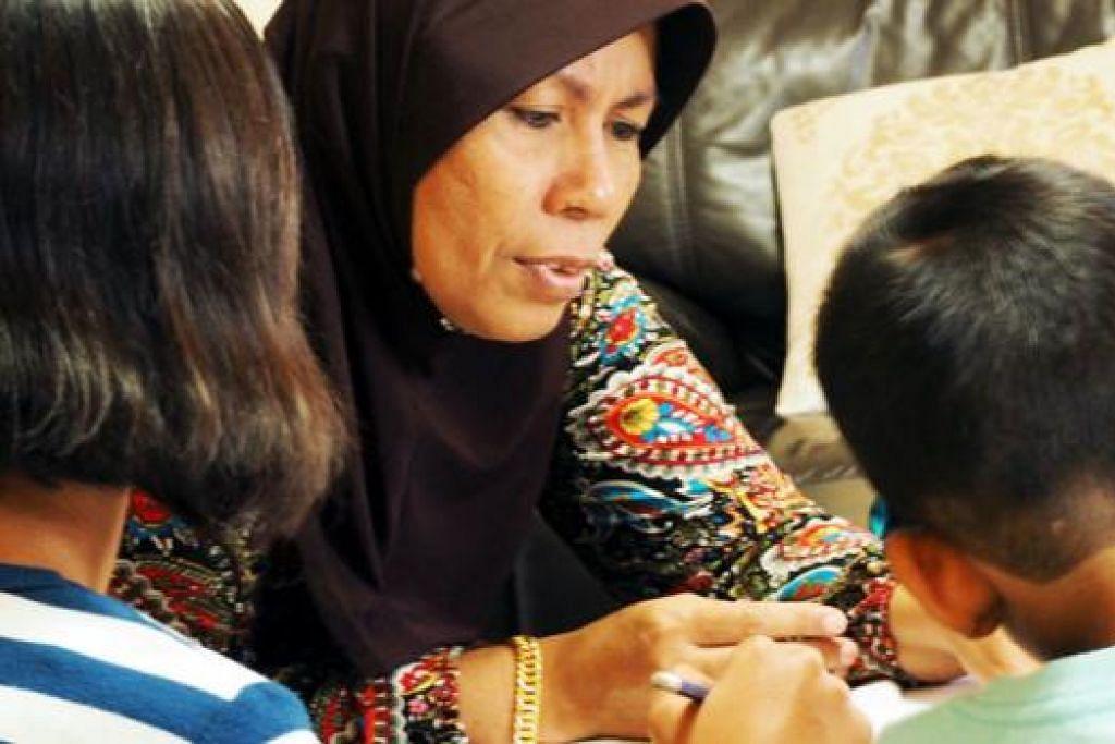 CURAH KASIH SAYANG: Cik Halijah berkata ketiga-tiga anak jagaannya kini gembira dan sangat selesa hidup bersama keluarganya. - Foto JOHARI RAHMAT