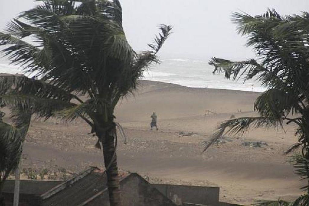 ANGIN KENCANG: Pantai di Gopalpur di wilayah Ganjam, di landa angin kencang semalam. Puting beliung Hudhud melanda pantai timur India hingga menumbangkan pokok dan meruntuhkan bangunan. – Foto REUTERS