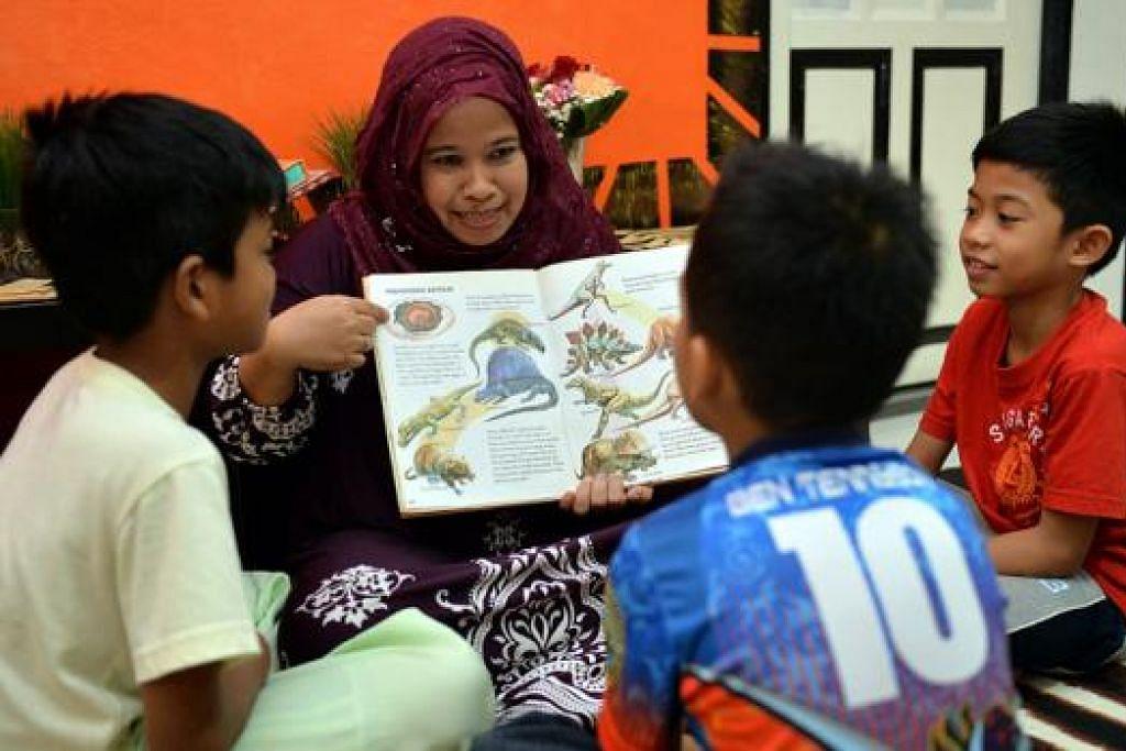 SAYANG ANAK-ANAK: Cik Sarimah dan keluarganya meluangkan masa bersama mengadakan sesi membaca dengan anak-anak skim MSF dan melakukan kegiatan seperti bermain permainan dengan anak-anak jagaan mereka supaya mereka dapat merasa hidup dalam keluarga yang sempurna. - Foto-foto M.O. SALLEH