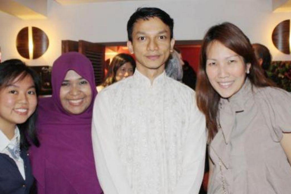 GEMBIRA BERSAMA: (Dari kanan) Cik Karolyn Poon, Encik Anwar Abdulhaqq (Ketua bagi cawangan London), Cik Nadiah Hashim (Pengasas bersama SMSO) dan Tengku Siti Nuraisha (Ketua SMSO Britain). - Foto-foto SMSO Britain