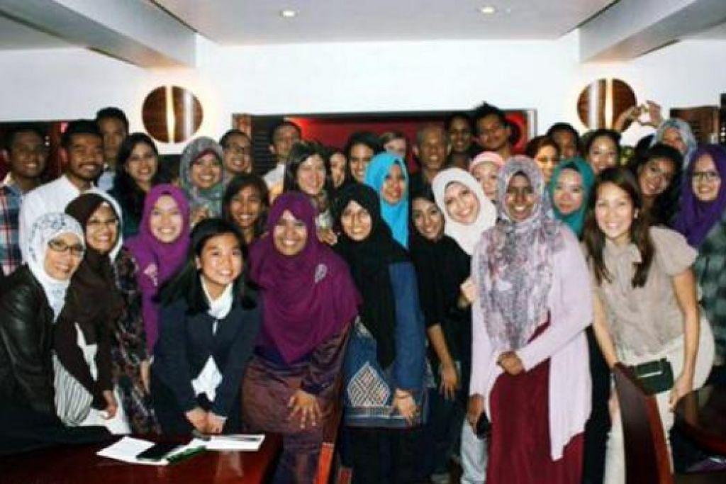 BERGAMBAR RAMAI: Para pelajar SMSO Britain merayakan Aidiladha tahun ini bersama beberapa tetamu terhormat di Restoran Melur, London, pada 4 Oktober lalu. - Foto-foto SMSO Britain