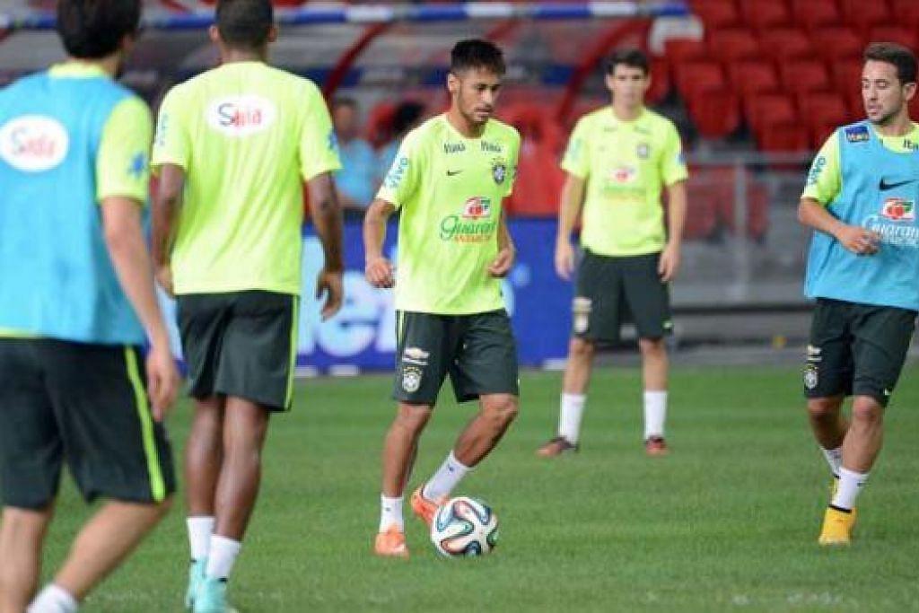 AMAT BERBEZA: Sikap yang ditunjukkan Neymar dan rakan-rakannya semasa latihan begitu serius (gambar), jauh berbeza daripada sikap mereka yang bergurau senda sebaik sahaja latihan berakhir. - Foto-foto TAUFIK A. KADER