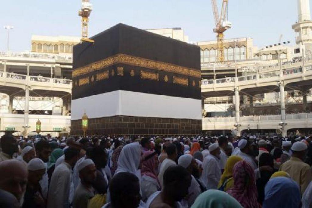 DEMI KESELAMATAN JEMAAH: 'Mataf' (kawasan jemaah melakukan tawaf di Masjidil Haram) mengelilingi Kaabah untuk membolehkan lebih ramai melakukan tawaf dengan selamat. - Foto CHAIRUL FAHMY HUSSAINI