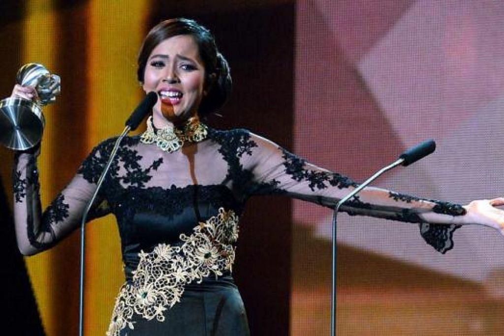 TIDAK SANGKA BOLEH MENANG: Aisyah Aziz berasa terlalu gembira dan terharu apabila namanya diumumkan sebagai pemenang Anugerah Kolaborasi Terbaik (Lagu). Sementara itu penyanyi tempatan, - Foto-foto KHALID BABA