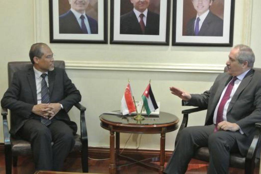 PERTEMUAN DUA PEMIMPIN: Encik Masagos (kiri) menemui Menteri Ehwal Luar dan Ekspatriat Jordan, Encik Nasser Judah, di pejabatnya pagi tadi. - Foto
