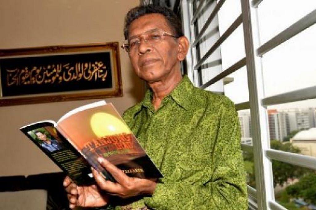 GIAT MENULIS: Encik Azizfakir, atau nama sebenarnya Haji Abdul Aziz Pakkeer Mohamed, masih giat menulis meskipun sudah melangkaui enam dekad lamanya penglibatan beliau dalam bidang penulisan. - Foto TUKIMAN WARJI