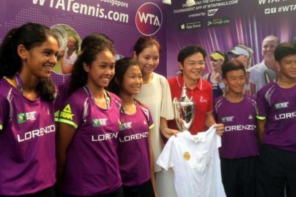 TIDAK MENYESAL: Bintang tenis, China Li Na (empat dari kiri), mengumumkan persaraannya bulan lalu. Beliau bertemu Menteri Kebudayaan, Masyarakat dan Belia, Encik Lawrence Wong, dan peminat di pekarangan Stadium Negara, semalam. - Foto MCCY
