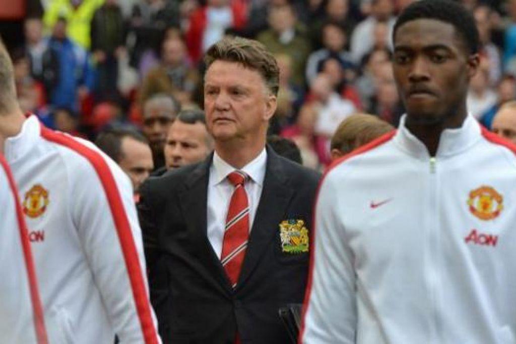 INGIN UBAH REKOD: Pengurus Manchester United Louis Van Gaal (tengah) yakin dapat mengubah rekod pasukannya di tempat lawan dan meraih kemenagan apabila bertemu West Bromwich Albion esok. - Foto AFP