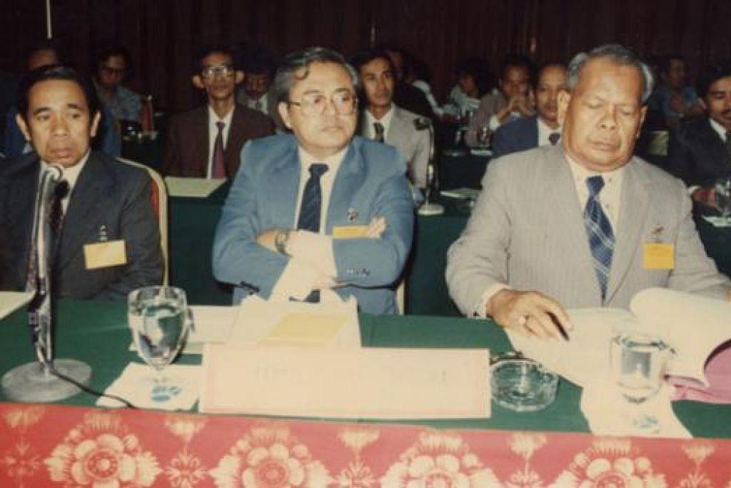 MABIM KE-24 DI JAKARTA, 1985: Wakil dari Singapura diketuai Encik Wan Hussin Zoohri, Setiausaha Parlimen Kebudayaan dan pengerusi Jawatankuasa Bahasa Melayu Singapura (tengah), bersama Suratman Markasan (kiri) dan Muhd Ariff Ahmad. - Foto MUHD ARIFF AHMAD