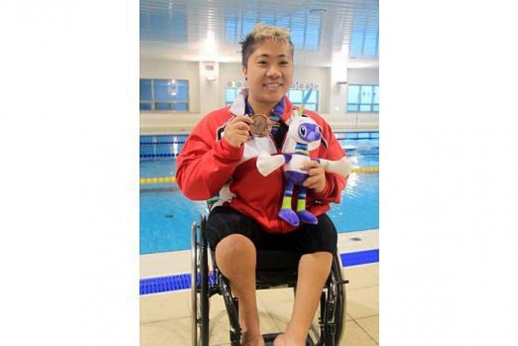 PINGAT PERTAMA: Theresa Goh bangga berjaya meraih pingat pertama negara di Sukan Para Asia 2014. - Foto S'PORE DISABILITY SPORTS COUNCIL