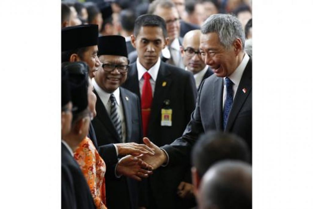TERUSKAN USAHA ERAT: Encik Lee yang menemui Encik Jokowi setelah upacara pertabalannya semalam, melahirkan hasrat Singapura untuk terus bekerjasama dengan Indonesia dan membawa tahap perhubungan ke peringkat lebih tinggi, - Foto REUTERS.