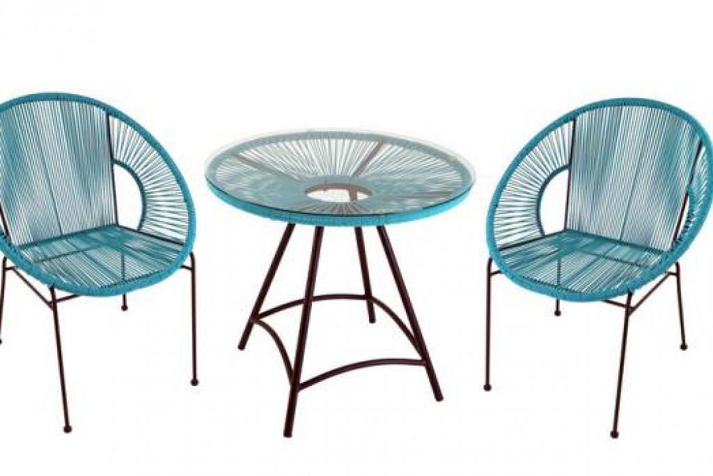 Set kerusi rotan: Terfikir-fikir apakah set kerusi yang sesuai untuk ruang balkoni anda? Set kerusi rotan ini bukan sahaja menarik dari segi warna tetapi juga selesa untuk bersantai bagi sesi minum petang.