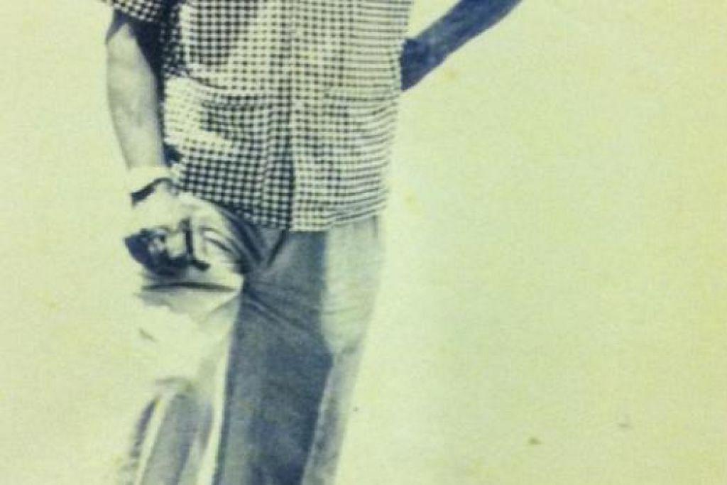 ALLAHYARHAM MENINGGAL DI RUMAH: Menurut anak sulung Allahyarham Ahmad Nisfu (gambar atas), Encik Osman, Allahyarham meninggal secara senang di rumahnya di Kampong Kuchai Lorong 3, tidak seperti yang disebarkan dalam Facebook (gambar kiri). Encik Osman sempat berjumpa Allahyarham pada 7 pagi sebelum pergi kerja sebelum menerima panggilan telefon pada 10 pagi yang mengatakan bapanya telah meninggal dunia. - Foto ihsan Osman Mohamed