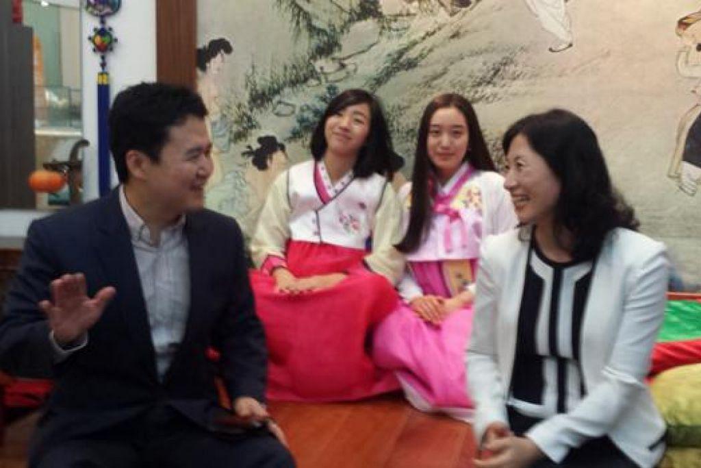 SENTUHAN KOREA: Pengurus Besar Pertubuhan Pelancongan Korea (KTO) di Singapura, Encik K S Yang (depan kiri); Pengarah KTO di Singapura, Cik Helen Shim, (depan kanan) dan dua lagi pembantu, Cik Gowoon Lee (belakang kiri), dan Cik Ji Hiyun Kim, giat mempromosikan Korea untuk menarik masyarakat Islam ke negara tersebut. - Foto NIZAM ISMAIL