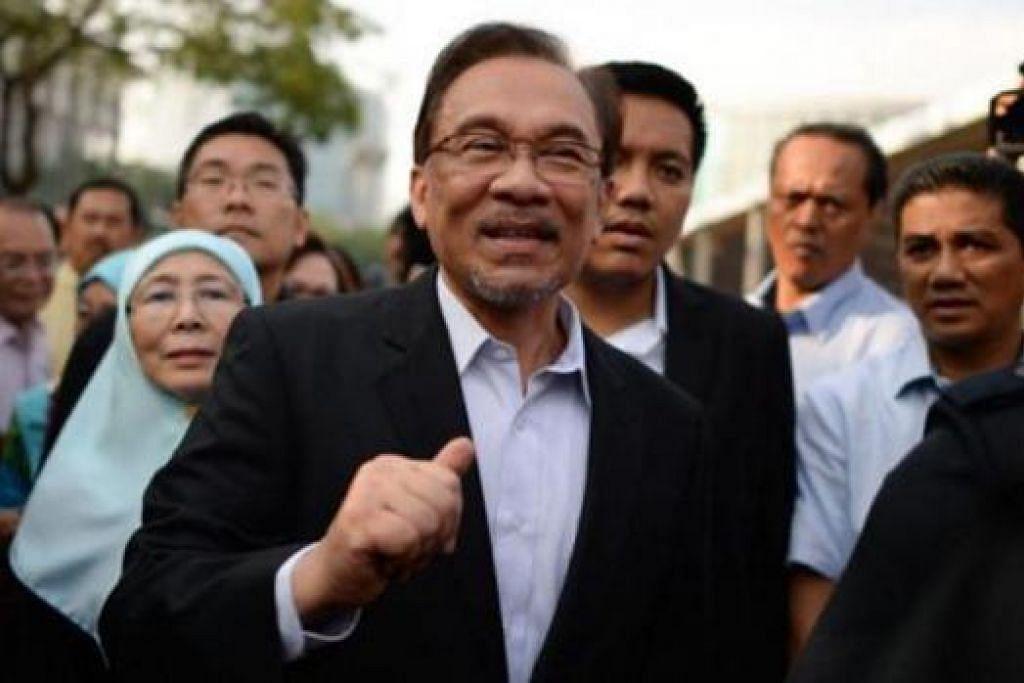 KES BELUM SELESAI: Datuk Seri Anwar (depan), diiringi isteri, Dr Wan Azizah Wan Ismail, tiba di Istana Kehakiman pada rayuan terakhirnya terhadap keputusan Mahkamah Rayuan yang menjatuhkan hukuman penjara lima tahun dalam kes liwatnya. - Foto THE STAR