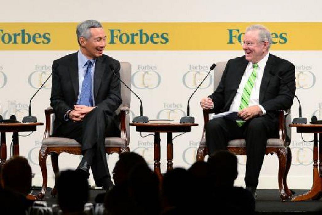 PERBINCANGAN PEMIMPIN: Perdana Menteri, Encik Lee Hsien Loong, bersama Pengerusi yang juga Ketua Editor Forbes Media, Encik Steve Forbes, dalam sesi dialog pada malam pembukaan acara tiga hari, Persidangan CEO Forbes Global, yang menyatukan pemimpin perniagaan bagi membincangkan isu ekonomi sejagat di Hotel Shangri-la Selasa lalu. - Foto FORBES