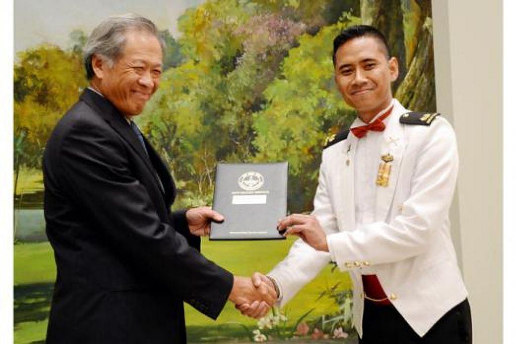 TAMAT PENGAJIAN CSC: Dr Ng menyampaikan sijil tamat pengajian kepada Mejar Aidil dan lebih 200 graduan lain, termasuk 15 pegawai dari negara seperti Australia, Brunei, Indonesia, Malaysia dan Arab Saudi. - Foto JOHARI RAHMAT