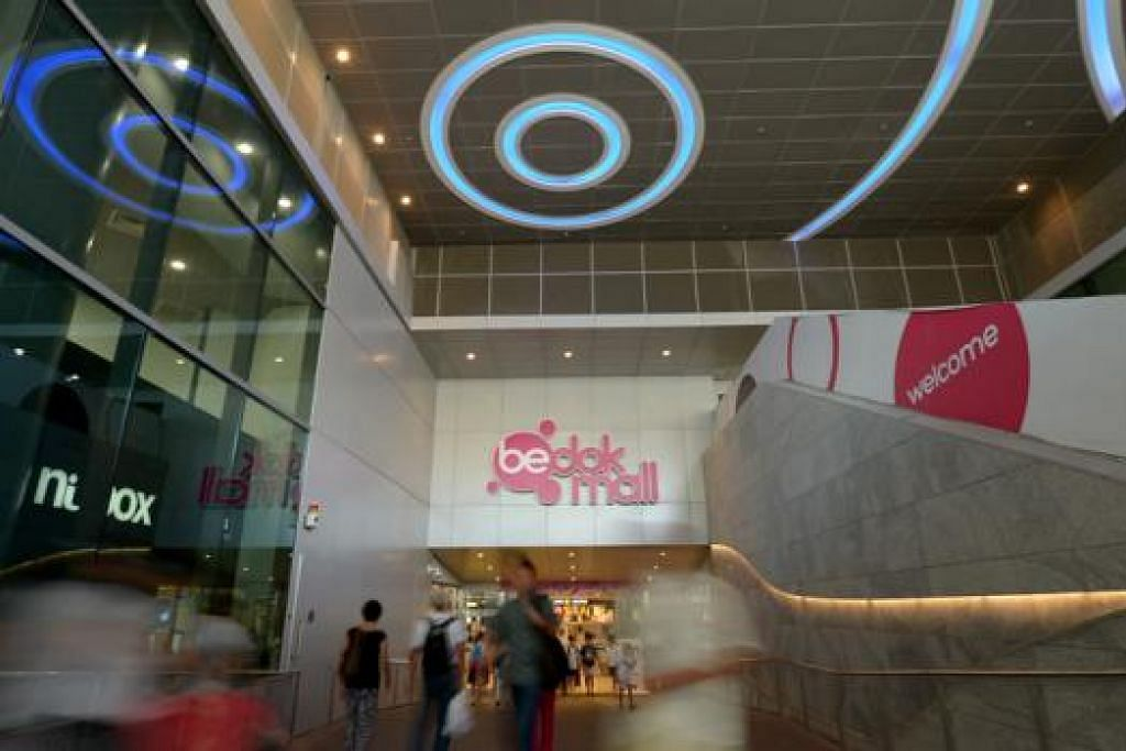 MENJEMPUT MASUK: Pusat beli-belah Bedok Mall menawan pembeli dengan pelbagai pilihan sejak dibuka Disember tahun lalu. - Foto-foto TUKIMAN WARJI